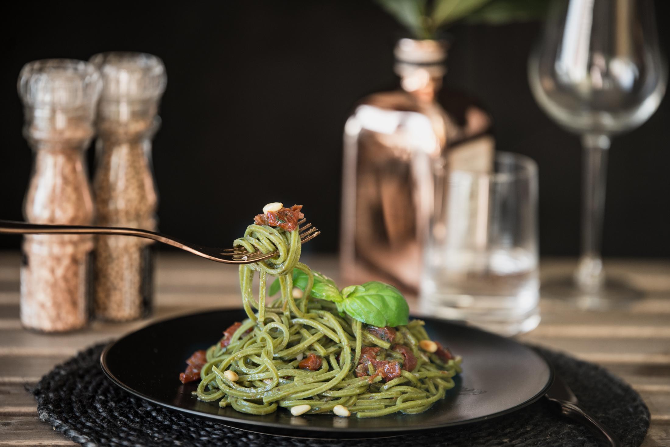 fresh pasta al pesto with dry tomatos